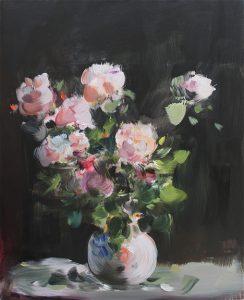Roses dans un vase bleu et rose